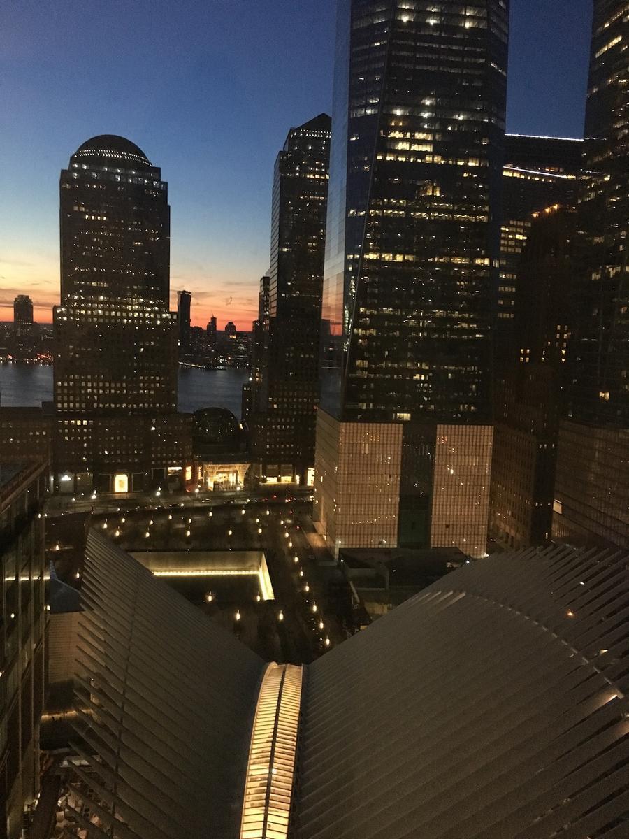 Ensivaikutelma New Yorkista oli aika huikea, kun saavuimme illalla hotellille! Etualalla uusi Oculus-asema ja oikealla edessä One World Trade Center.