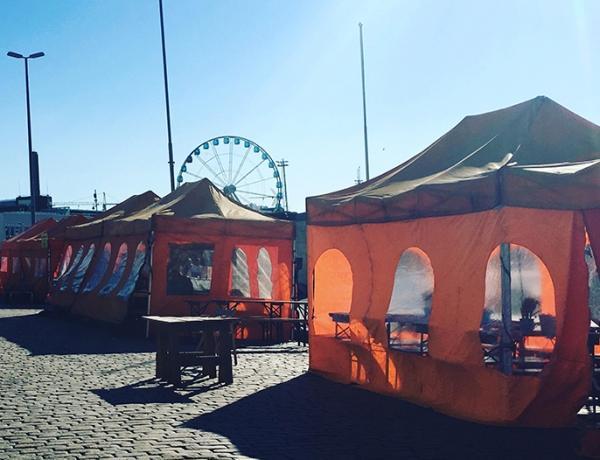 Helsingin Kauppatorin teltat inspiroivat Susannaa sisustusarkkitehtuurin ennakkotehtävien pariin