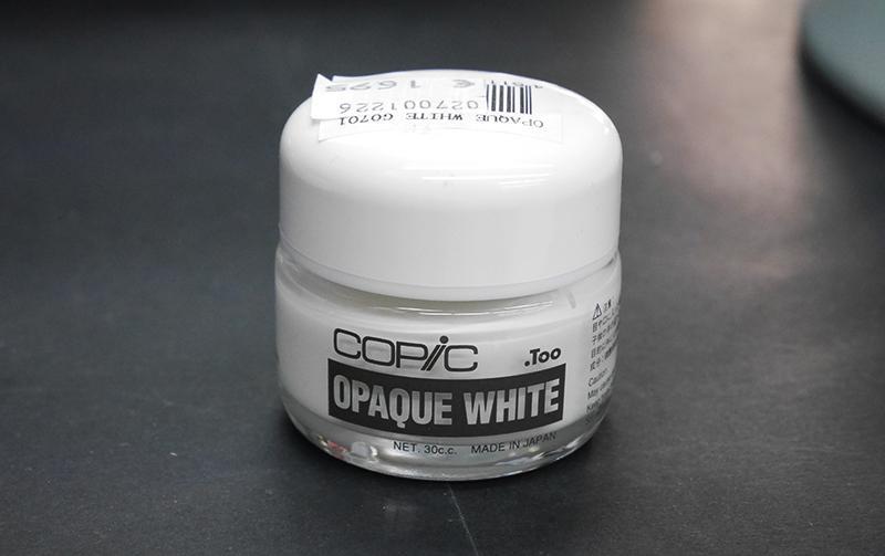 Valkoinen, peittävä Opaque white -peittovalkoinen tuo hyvän lisäefektin tummalle paperille piirtäessä