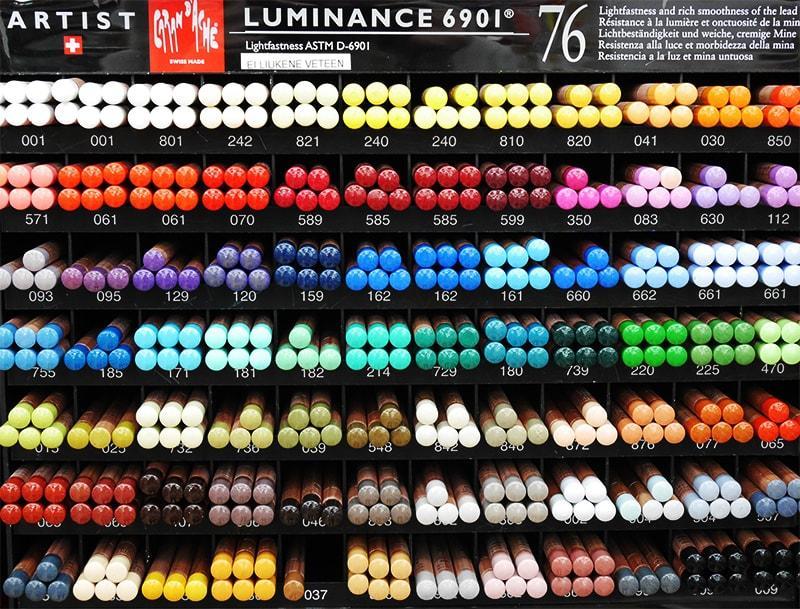 Taidetarvikeliike Temperassa on huikea valikoima eri valmistajien värikyniä. Kuvassa Caran d'Ache Luminance -kynäsarjan irtokyniä