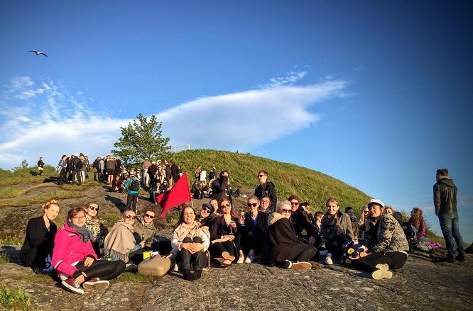 Pääsykokeiden päättymistä juhlittiin Arkkitehtikillan pääsykoepiknikillä Suomenlinnassa