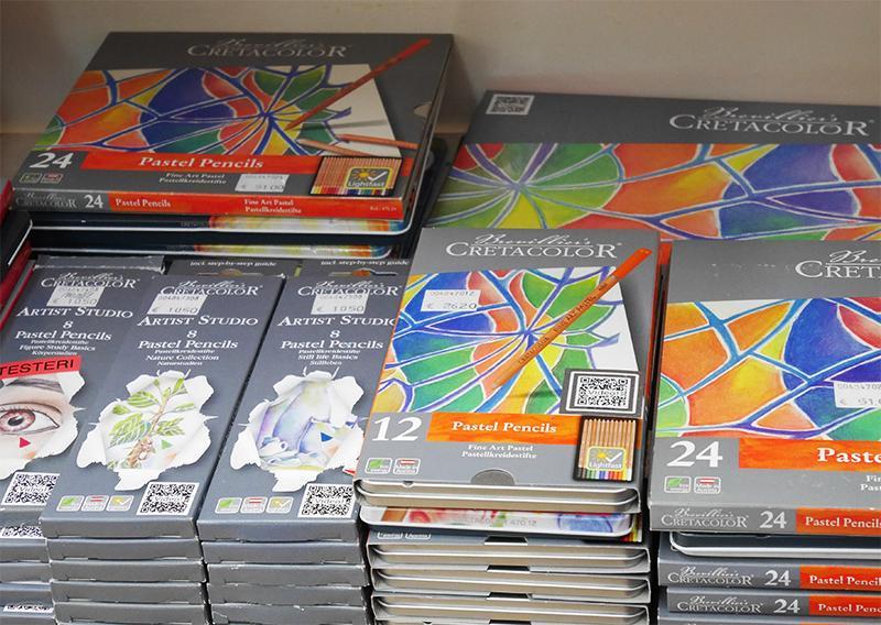 Taidetarvikeliike Temperassa on huikea valikoima eri valmistajien värikyniä. Kuvassa Cretacolorin värikynäsarjat.